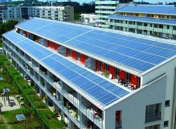 Много солнечных батарей для большого здания