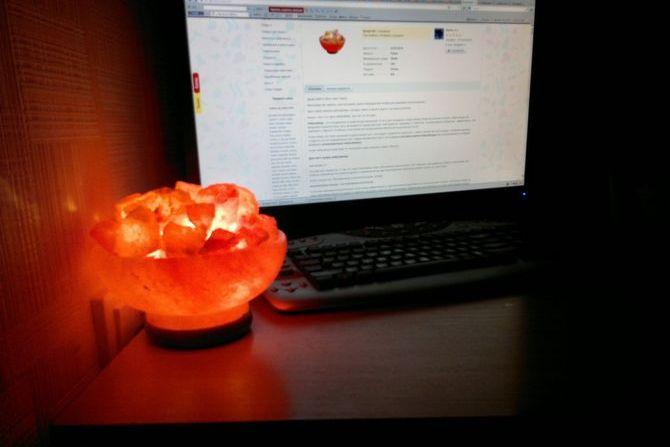 Соляная лампа около ноутбука