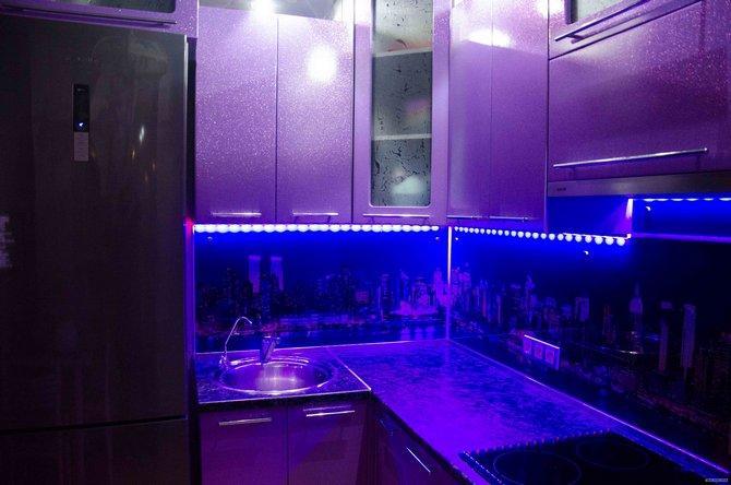 Светодиодная лента освещает кухню