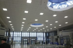светильники Армстронг в аэропорту