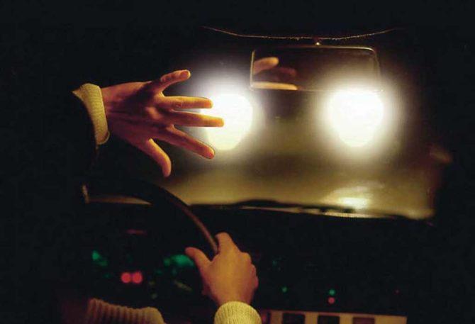 ослепить водителя и привести к ДТП