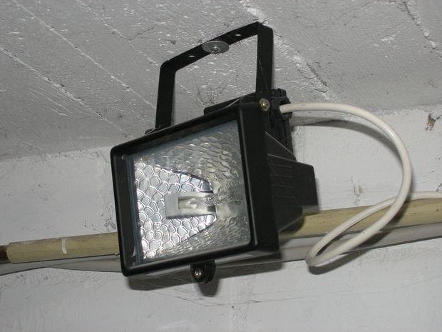 галогенный прожектор в гараже