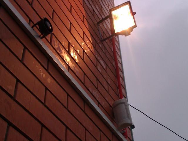 галогенный прожектор на доме