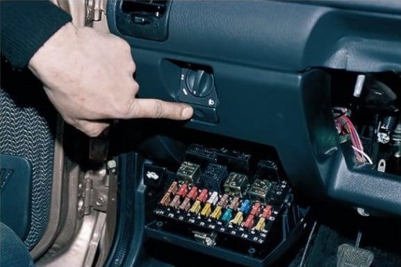Люк монтажного блока открывается нажатием на кнопку