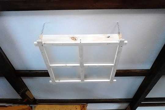 Монтируем люстру на потолок