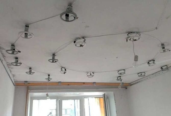 Как сделать современное освещение в гостиной с натяжным потолком